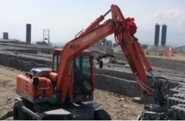 轮挖带夹砖器工作视频
