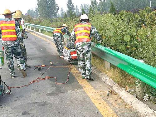 大廣高速公路安新段護欄板繡蝕處理工程