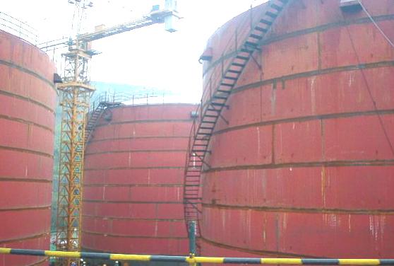 在建的中外合资醋酸酯项目储罐施工现场