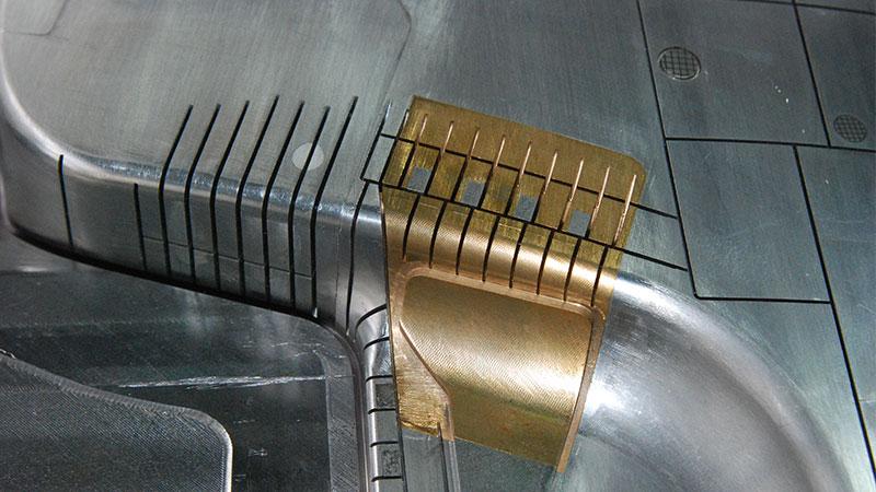 筋位被铜镶件