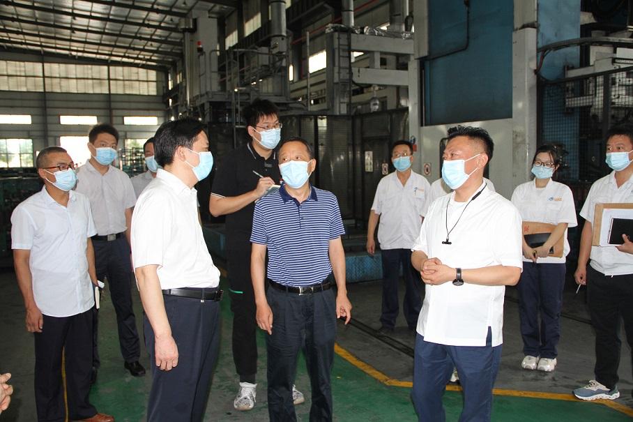 2021年8月19日,襄陽市政協主席、黨組書記岳興平,王燮耀書記一行,蒞臨我司檢查、指導工作。