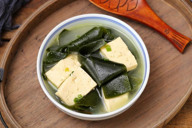 天冷了早上来碗海带豆腐汤,做法简单耗时短,口感鲜美暖胃又暖身