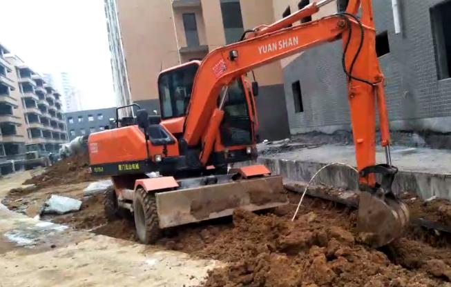 轮挖带斗工作视频